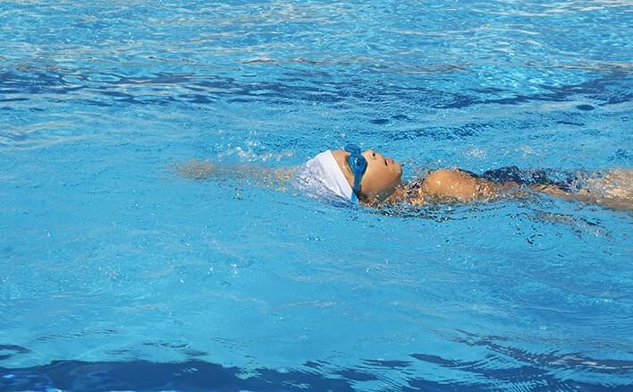 親子で一緒に水泳教室 ~背泳ぎ...